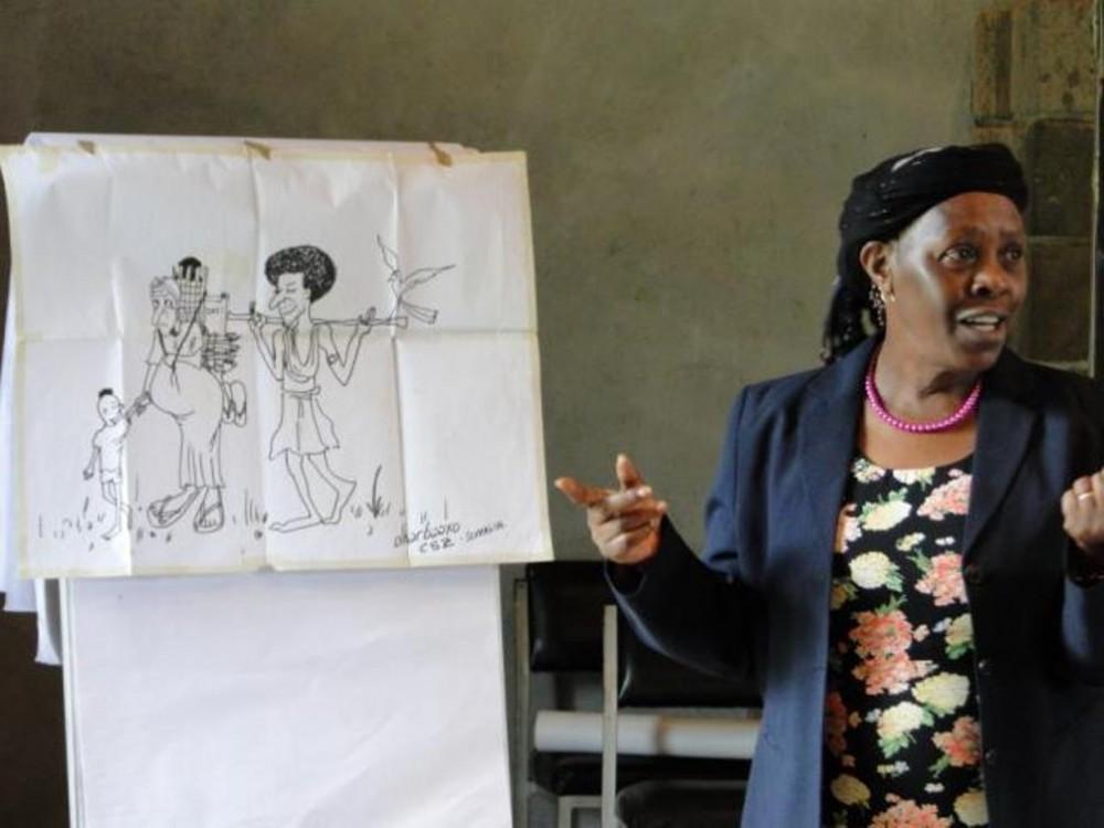 Professori Elishiba Kimani luennoi Hiv-työn toimiston järjestämässä gender-koulutuksessa Keniassa.